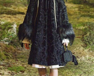 Dark, sophisticated with a vintage glamor allure, Alexander McQueen's latest collection featured at the fall 2014 Paris Fashion Week edition got everyone quivering with excitement, so check out the edgy lineup, next!
