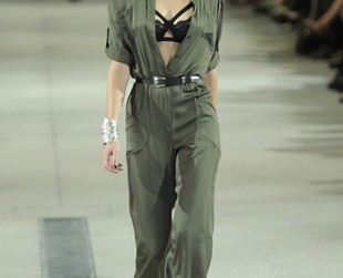 Factory girl meets pin-up diva seems to be the muse behind Alexis Mabille's spring 2014 PFW show, so check out the brand's fab collection, next!