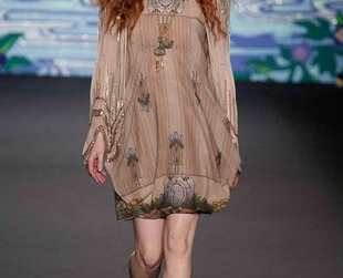 Anna Sui reached for the 70s for inspiration in the spring 2014 collection presented during New York Fashion Week. Have a look