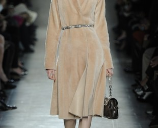 Simple shapes and elegance characterized Bottega Veneta's fall 2014 RTW line, so be sure to check out the collection and draw style inspiration from your fave looks!
