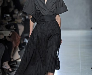 Voluminous linen skirts, silk and cotton dresses with feminine ruffle motifs dominate the new Bottega Veneta designs. Check out the Bottega Veneta spring 2014 collection!