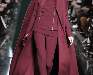 The same impeccable elegance that won the hearts of women across the world characterized Elie Saab's fall 2014 RTW collection, so check out the fabulous pant outfits and dresses, next!