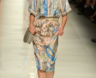Paisley prints and cornflower motifs on draped silk dresses, chic oversize vests, cool slouchy pants, gorgeous scarves dominate the Etro spring 2014 collection!