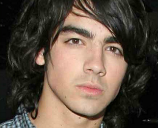 Here are some tips on how to get the Jonas Brother look, Joe Jonas' layered wavy hairstyle, Kevin Jonas curly hairstyle and Nick Jonas' medium curly hairstyle.