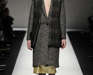 Max Mara's latest 2014 fall collection featured at MFW fused urban chicness with classicism and added a mysterious allure to the result through the use of dark autumnal tones and occasional metallic insertions.