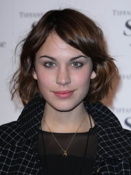 Here, Alexa Chung opts for a cool combo: she paired her textured shoulder-brushing layers with a smooth, curved fringe that she parts in the center.