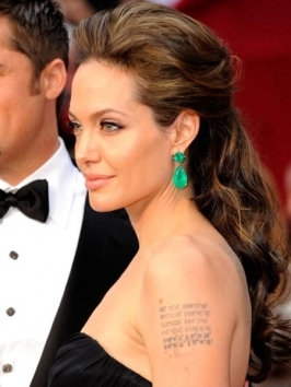 Angelina Jolie hit up the 2012 Oscars with lush loose curls. Her red carpet 'do was styled for tons of volume and movement from an off-center parting which creates a lush frame of loose, shoulder-grazing curls.