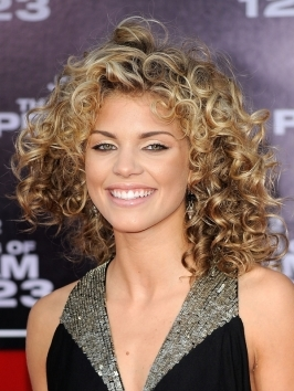 AnnaLynne McCord wears her graduated layers blown out smooth with little movement at the ends. Hair has been straightened with the blowdryer and round brush.