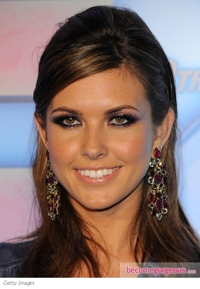Audrina Patridge flaunted her beauty sylph side with this chic red lip makeup. Choosing the perfect shade that complements her skin tone is the secret to make a real style statement with her look. Moreover she decided to keep her eyes low key and highlighted only with mascara, this way keeping the emphasis on her fiery pout.