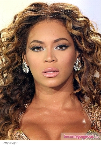 Beyonce is always ready to run for the glam diva title as her fabulous beauty looks suggests. This time she nailed down the oh-so-popular smokey eye makeup trend. This time Beyonce decided to keep things simply by opting only for the dark eye shadow and mascara. Additionally the r'n'b diva tinted her lips glossy with this creamy pout.