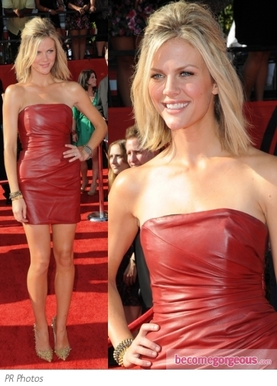 Tennis glamazon Maria Sharapova hit the 2011 ESPY Awards looking gorgeous in head to toe Alexander McQueen. She wore a bedazzled navy chiffon halter dress and matching gold sandals.
