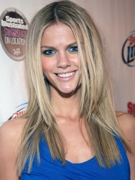 There's one less blonde in Hollywood! Brooklyn Decker's new light brown hair color also features some shiny golden highlights that light up her complexion beautifully.