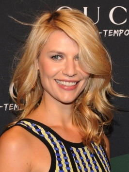Shoulder-grazing layers in a gleaming golden blonde shade exude a polished feel in Claire Danes' look. Her blown-out tresses are paired with a smooth, sweeping bang for a sexy, feminine finish.