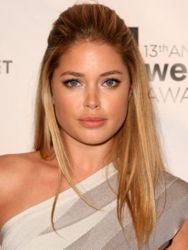 Beautiful Dutch model Doutzen Kroes unveiled the Dance4life T-shirt in honor of World AIDS Day at A|X Armani Exchange in NYC. She wore her long blonde locks styled in a sexy blowout with shine, lots of volume at the roots and movement at the ends.