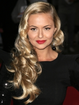 Ebony Gilbert's wearing her blonde hair styled into classy old Hollywood waves - a great hairstyle for a red carpet event.