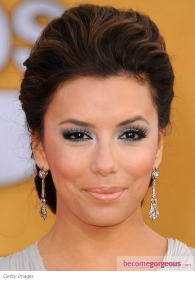 Eva Longoria is a glamorous sylph on the red carpet flashing her flirty silver eye makeup. The popular Hollywood diva defined her eyes with black eyeliner and tinted her lids with silver eye shadow. This metallic hue when paired with the dazzling false lashes create the perfect combo to nail down an A-lister look.