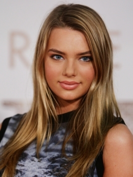 Natural shades of blonde have been used to create Indiana Evan's multi-tonal blonde hair color. Blending golden highlights with darker tones will give a seamless, sun-kissed finish.