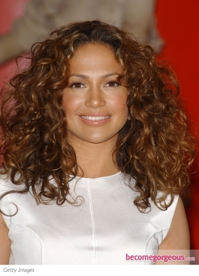 Jennifer Lopez glammed up the premiere of 'What To Expect When You're Expecting' with her gorgeous ways last night. She pulled her locks back into a low ponytail for the occasion. Subtle lift at the crown and a high-shine finish make her hairdo red carpet worthy.