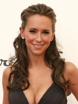 Jennifer Love Hewitt arrived at the Los Angeles premiere of 'The Twilight Saga: Breaking Dawn Part 1' with her thick brunette tresses styled with lush volume and bouncy layers. Her hair falls from a side part, draping the shoulders with sexy end curls.