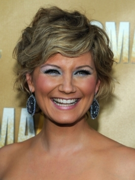 Jennifer Nettles wears her shoulder-length layers with loose, breezy waves. Here, texture extends from an off-center jagged part, while fringe is left smooth, sweeping to one side.