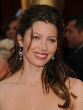Jessica Biel hit the town looking girly glam with a classic center part and loose, flowing waves. She pulled back her bangs by pinning them to the side with bobby pins which she hid under her long side layers.
