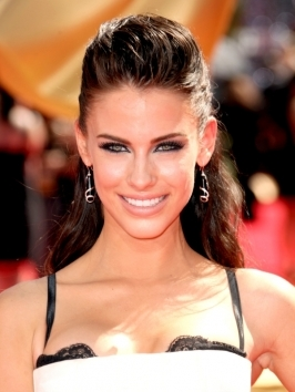 Here, Jessica Lowndes swept her hair back and away from the face sporting a no-fuss half up style that showcases her pretty features beautifully. She wore the look with a side part to balance out her oblong face shape.