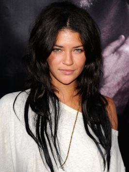 Jessica Szohr shed her lengthy brunette locks for a stylish shoulder-skimming bob haircut. She wears her new mid-length hairstyle with parted fringe and turned-under ends.
