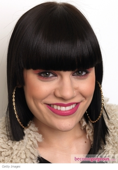 Sporting an ordinary smokey eye makeup is not the real deal for Jessie J. She instead decided to perk things up a bit with an extra glam factor in the shape of black rhinestones. Jessie's false and super-luxe lashes take us into a fairy-tale world.