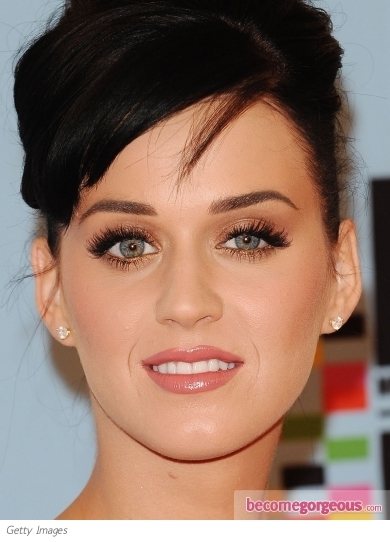 Katy Perry looked fabulous at the UK premiere of her concert movie/ documentary 'Katy Perry: Part of Me'. She rocked soft smoky eyes with red, white and blue rhinestone false lashes!