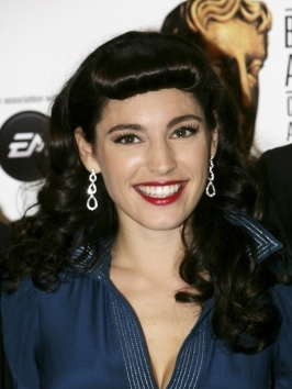 Kelly Brook goes pinup by wearing a sexy half updo with curly ends and rolled faux bangs.
