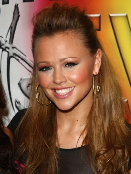 Kimberley Walsh's sun-kissed color and glossy wavy hair is a beautiful look for any event and she carries it off perfectly. The slightly dishevelled look with the broken waves screams sultry and cool. The key to achieving Kimberley's glossy waves is with a vertically-held medium barrel curling iron.