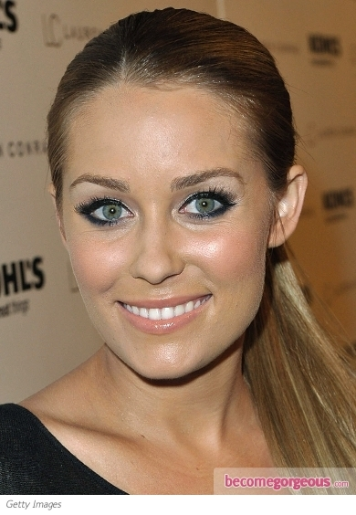 The Hills star Lauren Conrad flaunted her romantic cat eye makeup. Indeed this beauty trend won the heart of millions of celebs. Lauren used a liquid eyeliner to define her glimpse and complete her look with an oh-so-popular red lip color.
