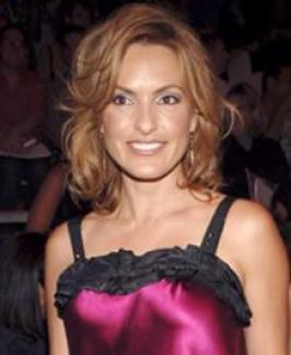 This neck-length bob hairstyle is the perfect fit for Mariska Hargitay. Her hair is styled form a crooked side part, letting front layers to veil one eye. Her bob is fused with caramel highlights around the face to give warmth to her complexion.