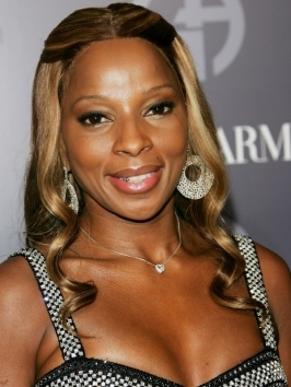 Mary J Blige opts for an edgy short haircut with a smart graphic shape and dramatic full fringe, that transform her crop into a style statement. Elements like buttery blonde and head-hugging curves give the look a modern update.