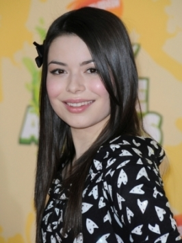 Miranda Cosgrove rocked the red carpet at the Hello Kitty 35th anniversary celebration, with long tousled wavy texture and pinned back bangs.