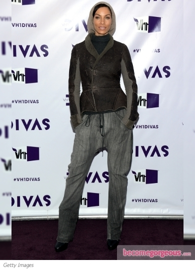 Ciara stole the show at the 2012 VH1 Divas celebrations. She hit the purple carpet wearing a shimmering Pamella Roland gown with long sheer sleeves and a dramatic long train.