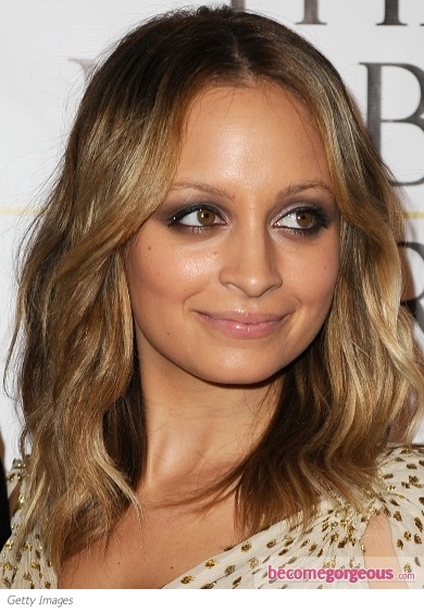 Nicole Richie is a real master on how to emphasize her skin tone. Using metallic shades as bronze, the young diva managed to show us the perfect blueprint for an A-list red carpet look. She keeps things neat and refined by covering her lids with bronze and leaving the lips smooth and nude.