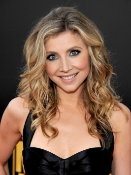 Sarah Chalke looks effortlessly chic with her blonde tousled wavy hairstyle.