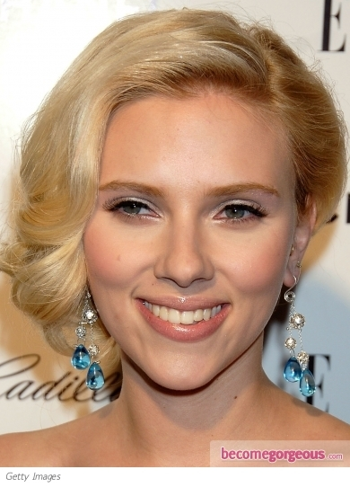 Hollywood hottie Scarlett Johansson went for the bombshell look with this glam makeup. To do, sweep shimmery white eyeshadow over the mobile lid up to the crease, then draw a thin line on the upper lash line with a black liquid liner. To add more drama to the look, add a pair of false lashes.