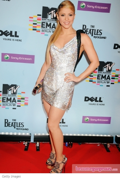 The young Pop singer managed to mask her 5'2 height by sporting some of the