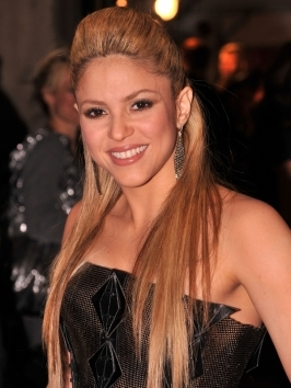 [link=http://www.becomegorgeous.com/celebrities/shakira.html title=Shakira Articles and Pictures]Shakira[/link] showed off her brand new shorter hairstyle to her fans via Twitter.  The Colombian songstress chopped off her long locks into a layered bob  with slight asymmetry and whispy bangs.