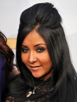 Snooki arrived to the 2012 Grammy Awards wearing her locks pulled into a high ponytail positioned slightly on the side. She accessorized with an oversized bow hair accessory.