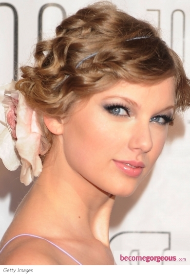 The young diva, Taylor Swift rocks the so critical blue eye makeup like a real pro. In order to emphasize her alluring glimpse she used a pastel eye shadow in a light blue shade and topped her makeup with black mascara to bring out the most of her lashes.