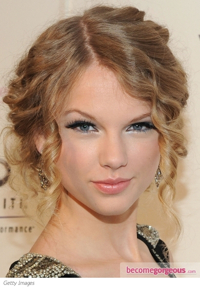 taylor swift eyes closed. Taylor Swift Silver Eye Makeup
