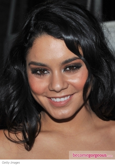 Vanessa Hudgens is often the top attraction of red carpet events. This time she decided to nail down the hottest glam smokey eye makeup. In order to copycat her look all you have to do is define your eyes with black eyeliner and choose a black shade that suits your skin tone and the event.