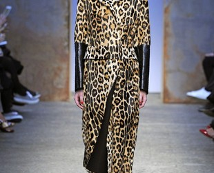 Animal prints and equestrian influences were spotted on the fall 2014 runway at Sportmax, so check out the sizzling fashion collection and pick your fave looks!