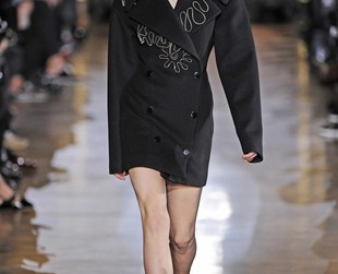 Stella McCartney managed to deliver a lineup based on energy, functionality and chicness this fall 2014 season during Paris Fashion Week, so check out the interesting designs, next!