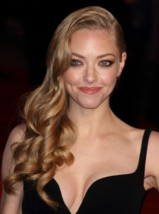 Amanda Seyfried's Glam Side Swept Curly Hairstyle