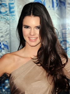 Kendall Jenner Loose Curls Hairstyle