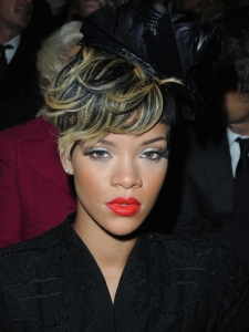 Rihanna's New Hairstyle with Blonde Highlights
